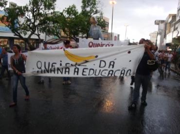 Assembleia dia 18 de abril de 2013 com protesto debaixo de chuva