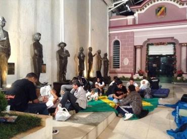 Professores acampam na Câmara de Vereadores de Caruaru